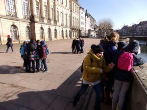 Activités de groupe devant le Palais Rohan à Strasbourg ©E.Schidlknecht/Ariena