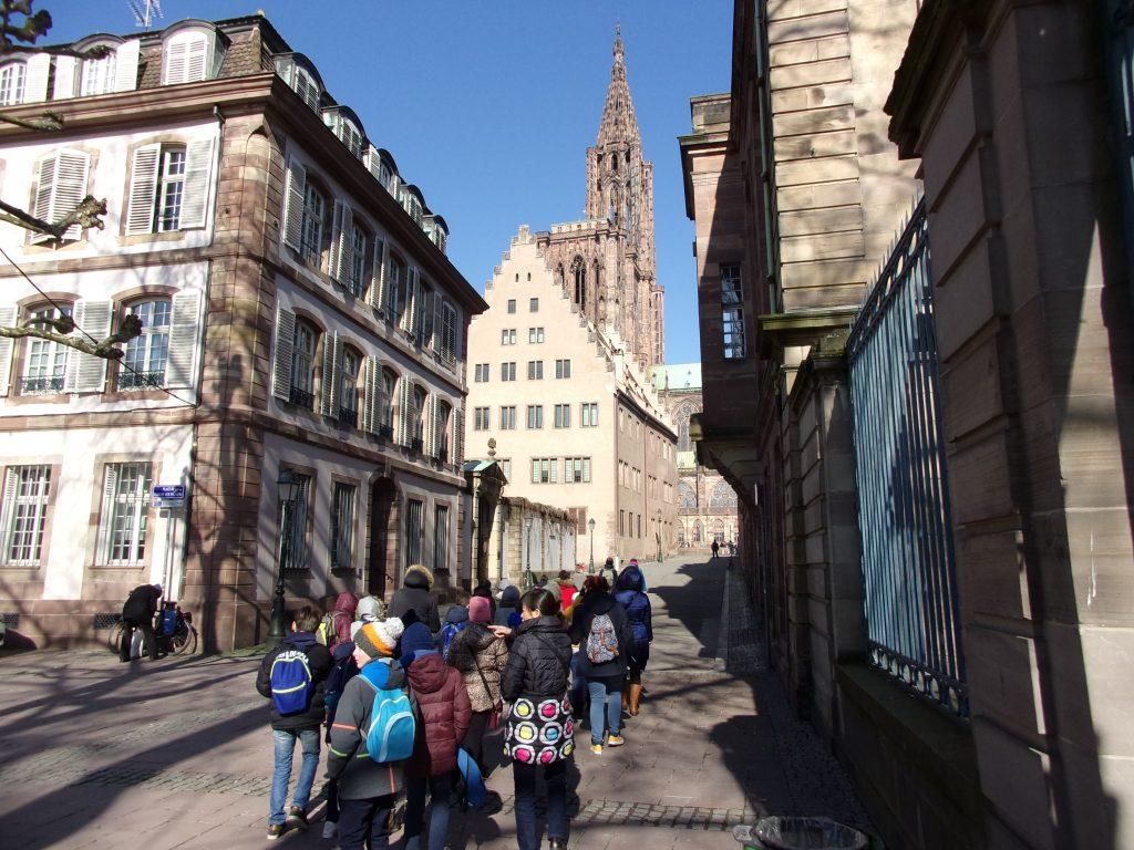 Des élèves de CE2 se dirigent vers la cathédrale ©E.Schildknecht/Ariena